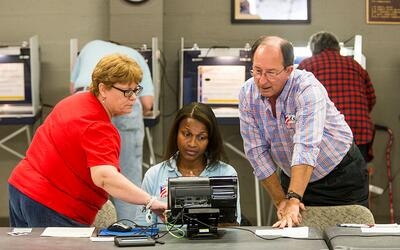 Trabajadores en un centro de votación en Tallahassee, Florida