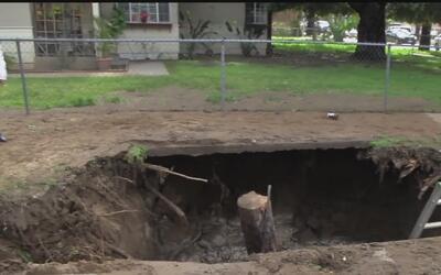Un gigantesco boquete complica a residentes de Covina