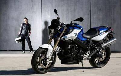 La F 800 R ahora incorpora mejoras en cuanta a ergonomía, potencia y seg...