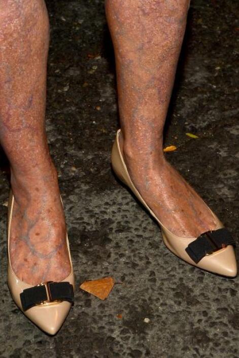Hasta las pantorrillas están maquilladas. ¡Realmente parecen las piernas...