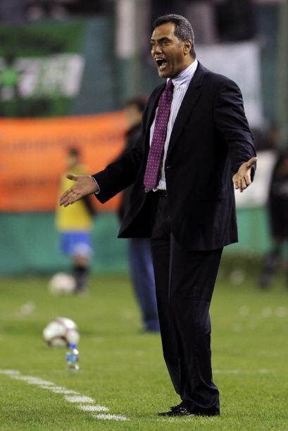 El entrenador Hernán Torres dando indicaciones a sus jugadores. D...