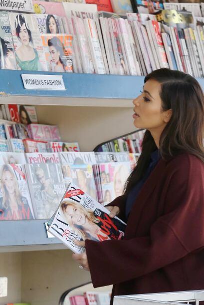 Fingiendo que veía revistas de ciencia, arquitectura y libros de sudoku....