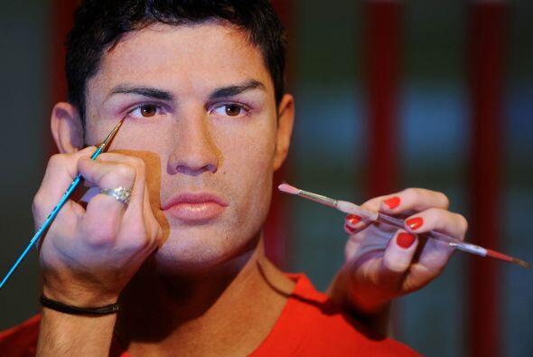 La figura de cera es idéntica al futbolista en cada rasgo facial.