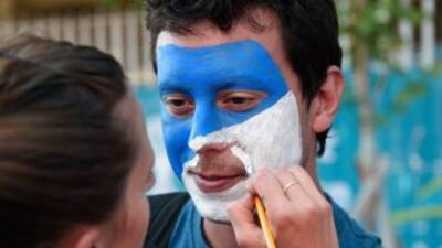 Un aficionado argentino apoyando a su equipo.