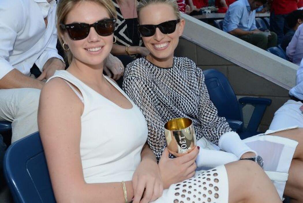 Kate Upton y Karolina Kurkova posando para los fotógrafos. Mira aquí lo...