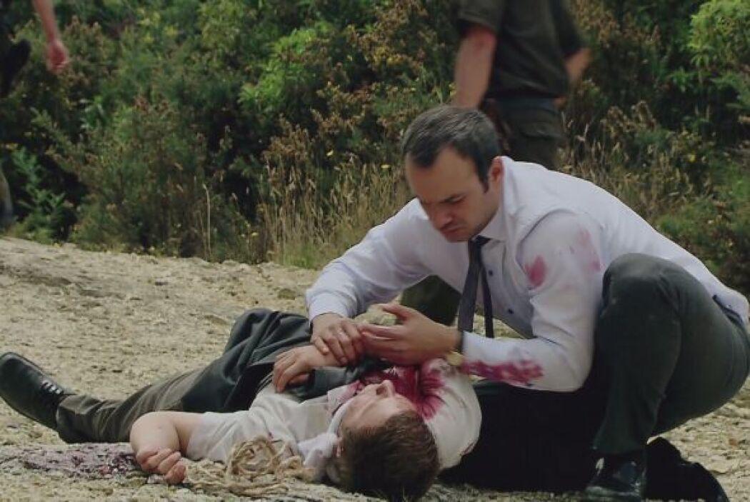 Ante su cuerpo jura que encontrará a los asesinos y se cobrará la muerte...
