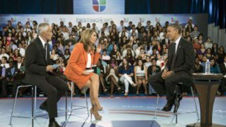 Los periodistas Jorge Ramos y María Elena Salinas junto al presidente Ba...