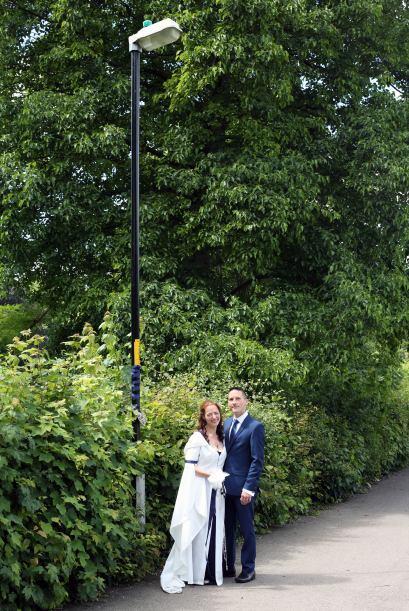 Ahora este simple poste en una calle cualquiera es símbolo de su amor y...