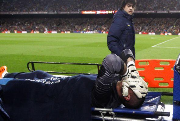 El portero barcelonista tuvo que salir en camilla y no se quitaba las ma...