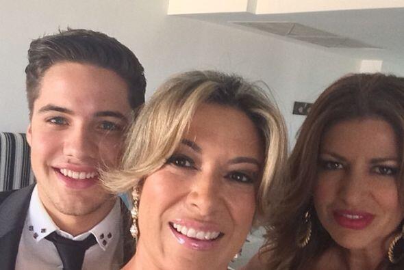 La jefa Luz María Doria, productora de Despierta América, con William Va...