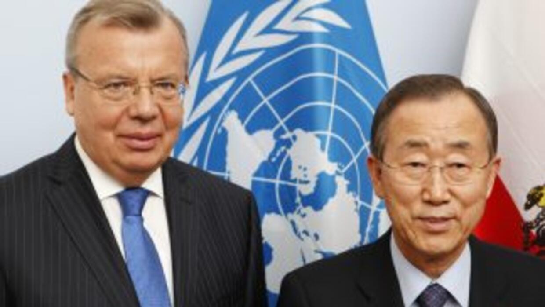 El director ejecutivo de la ONUDD, Yury Fedotov, junto al secretario gen...