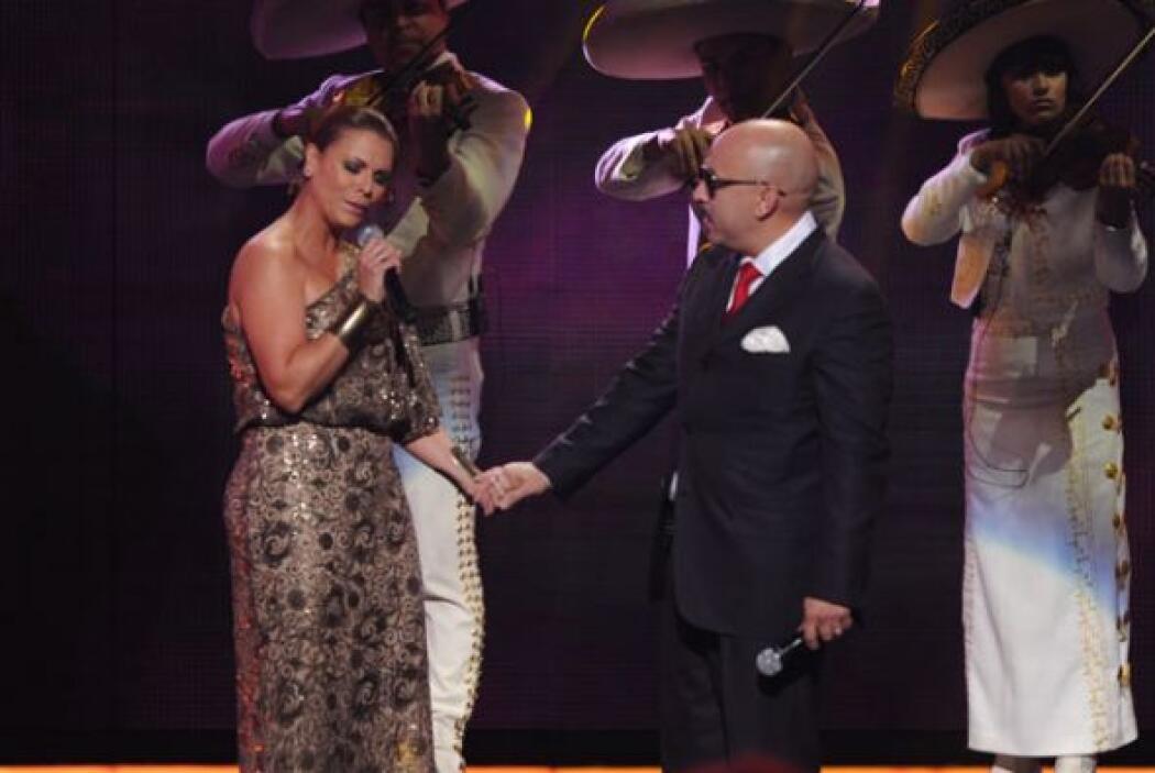 Lupillo no fue el único que le cantó a 'La Diva'. Olga Tañón, Shaila Dúr...
