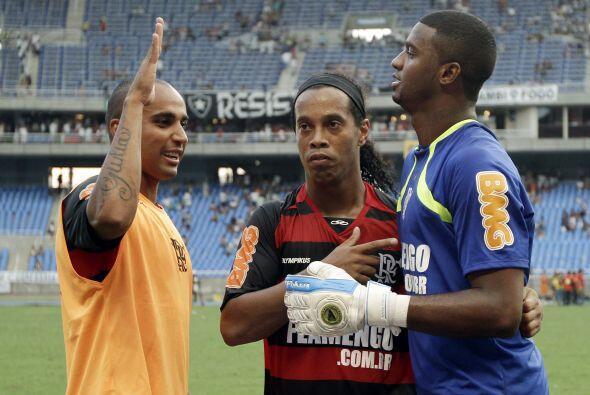 En tanto en Río de Janeiro Flamengo, liderado por Ronaldinho, cla...