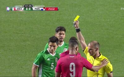 Tarjeta amarilla. El árbitro amonesta a Amílcar Henríquez Espinoza de Pa...