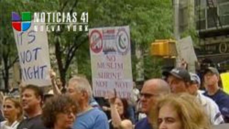 Hubo marchas y rally por mezquita en NY a9a5f86e5afc43a581e7faedac948cd6...