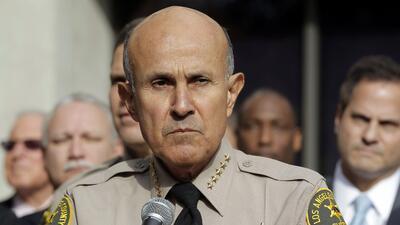 En esta imagen del 7 de enero de 2014, el jefe de policía del con...