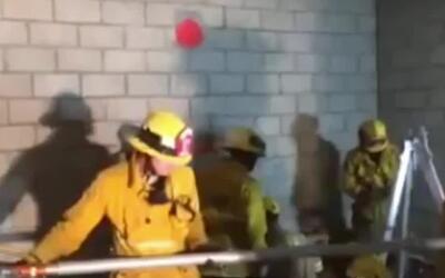 Bomberos rescatan a obrero que cayó en un tanque de cemento desde una al...