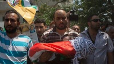 Palestinos cargan el cuerpo del bebé.