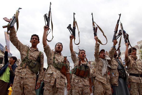 Hutíes blanden sus armas en Saná para manifestar su apoyo a la milicia H...
