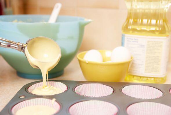 Coloca la mezcla en papel de cera para 'muffins' y lleva a hornear de 12...