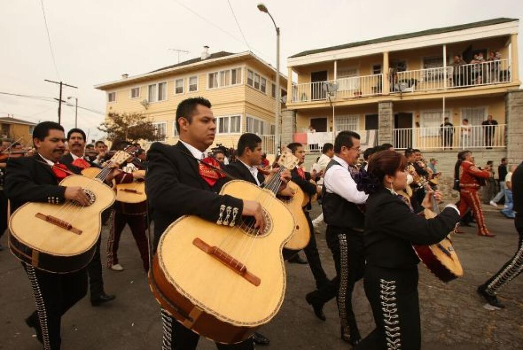 Y otra cosa que no puede faltar en esta celebración son los mariachis. Y...