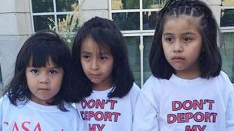 Tres niñas hijas de inmigrantes indocumentados lucen camisetas con la me...