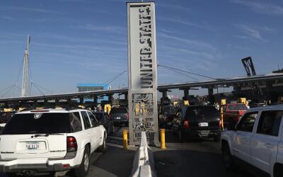 (Archivo) Varias líneas de vehículos esperan su turno para llegar a la g...