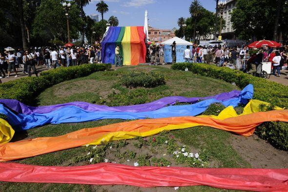 Tras la sanción de la ley, decenas de parejas del mismo sexo, ent...
