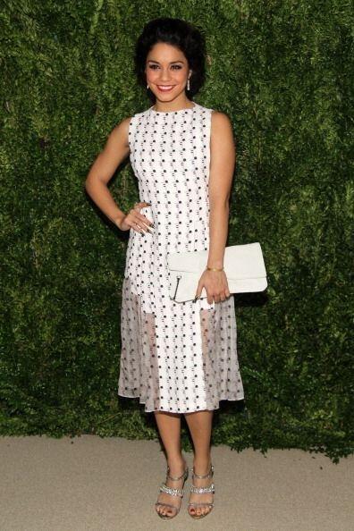 La actriz y cantante Vanessa Hudgens apostó por un vestido naïf minimali...
