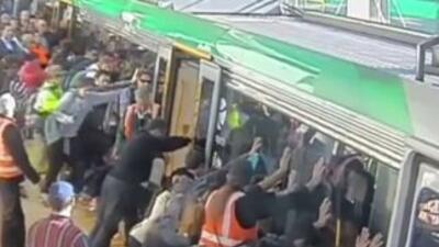 Decenas de personas ayudaron a rescatar a un hombre que quedó atrapado e...