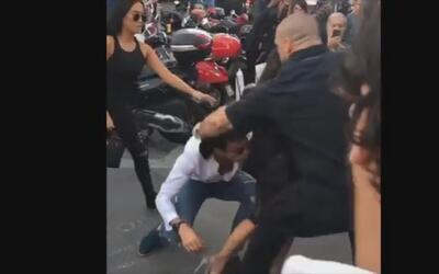 Un hombre trata de besarle el trasero a Kim Kardashian