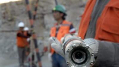 Los 33 mineros atrapados en una mina de oro y cobre en Chile reciben ali...