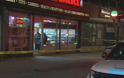 Una madre muere por una bala perdida en El Bronx cuando llevaba comida a...