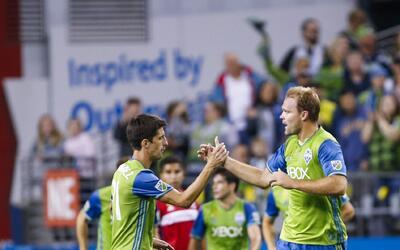 Chad Marshall (der.) anotó el gol del triunfo de Seattle ante el...