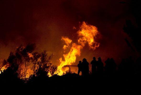 Lo peor del caso es que durante la noche del domingo, el incendio volvió...