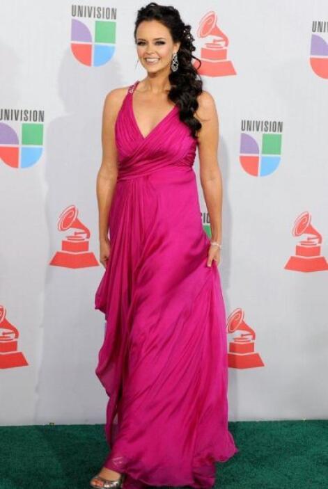 La cantante española eligió un fucsia lleno de alegría.