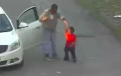 Una cámara de vigilancia captó el momento en que un adulto...