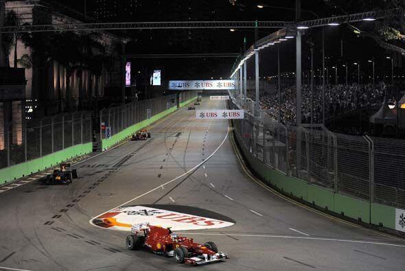 Los dos Red Bull siguieron muy de cerca al Ferrari de Alonso durante la...