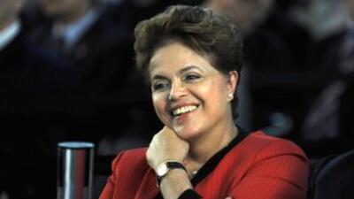 La candidata oficialista a la presidencia de Brasil, Dilma Rousseff, par...