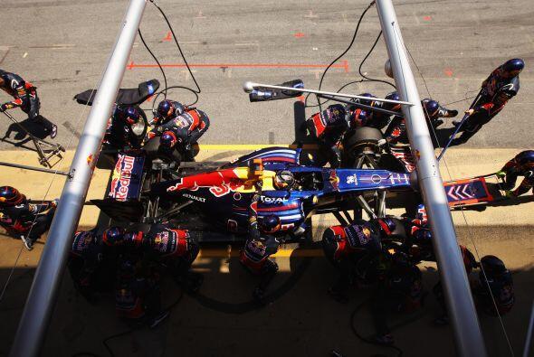 El equipo Red Bull hizo un trabajo perfecto en los 'pits' para ayudar a...