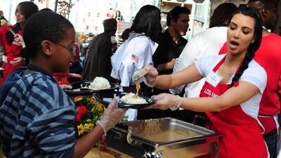 Kim se ofreció a servir comida a personas desamparadas y sin hogar en Lo...