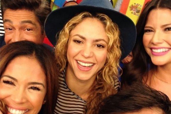 """Selfie del día!!! @Shakira en @despiertaamericatv hermosa! Una mujer ll..."