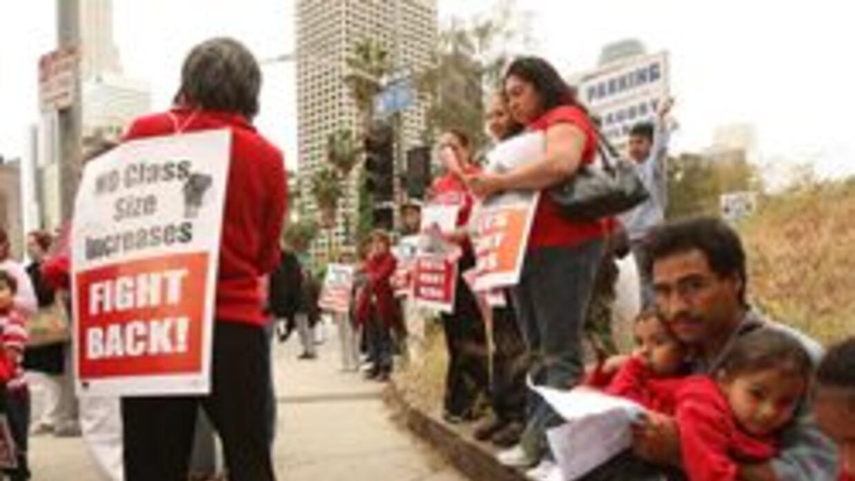 Maestros, padres y empleados protestaran recortes a la educacion en Cali...