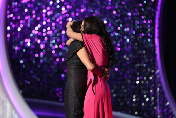 Su madre apareció en el escenario y las lágrimas de felici...