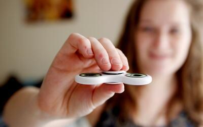 Alertan sobre riesgos del fidget spinner, el juguete que todos quieren t...