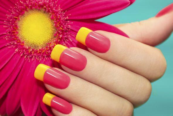Medialunas con color. Aporta color a tus manos haciéndote un manicure a...