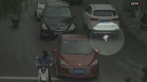 Niña de dos años se cae al cruzar la calle, varios autos le pasan por ar...
