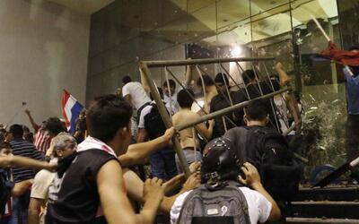 En medio de fuertes disturbios fue incendiado parte del edificio del Con...