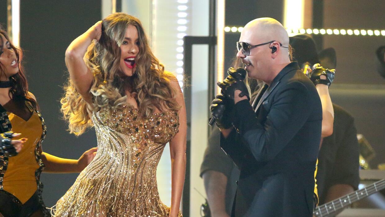 Pitbull, acompañado por Sofía Vergara, cierra la ceremonia de los premio...