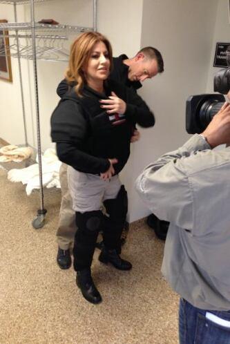 El chaleco antibalas no puede faltar y Paola llevaba el suyo.